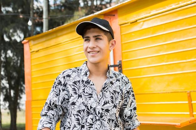 Portrait de jeune adolescent souriant à la recherche de suite