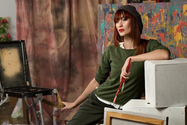 Portrait d'un jeune artiste se présentant à la caméra au premier plan