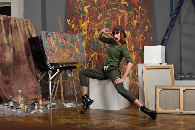 Portrait d'un jeune artiste se présentant à la caméra