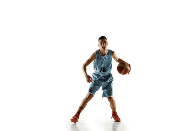 Portrait de jeune basketteur avec un ballon isolé sur blanc