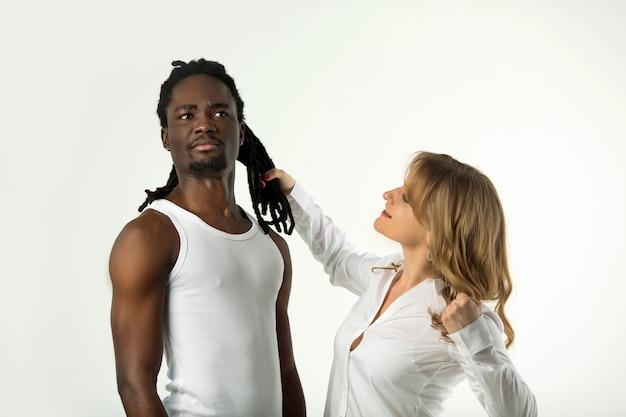 Portrait d'un jeune beau couple sur fond blanc dans une querelle
