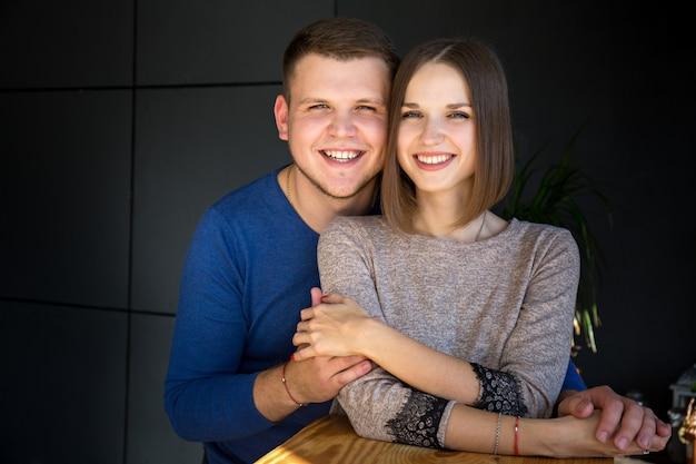 Portrait d'un jeune beau couple sur fond sombre
