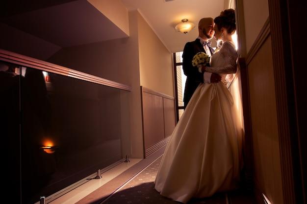 Portrait de jeune beau couple juste joyeux amoureux étreindre