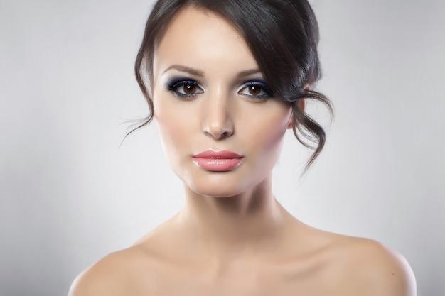 Portrait de jeune beauté féminine aux longs cheveux noirs