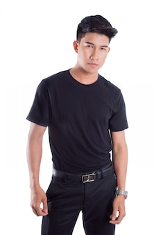 Portrait de jeune bel homme asiatique debout isolé sur fond blanc