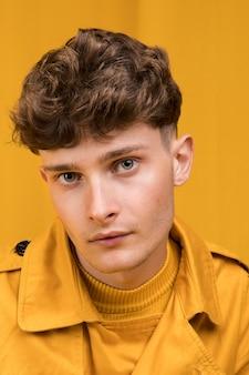 Portrait de jeune bel homme dans une scène jaune