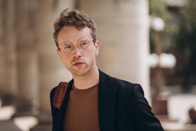 Portrait de jeune bel homme à lunettes