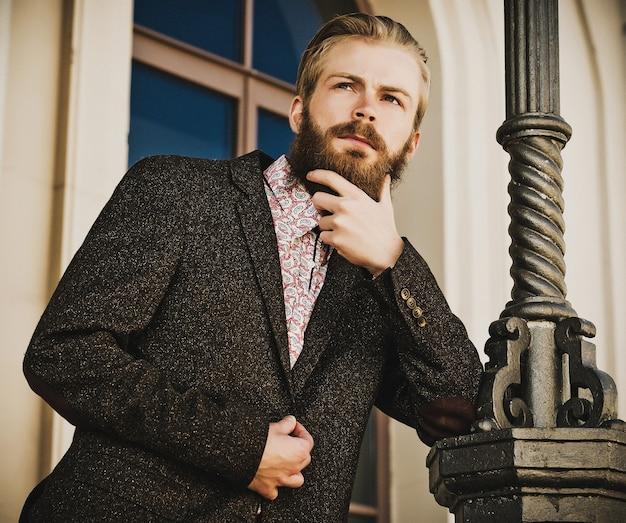 Portrait de jeune bel homme à la mode en plein air