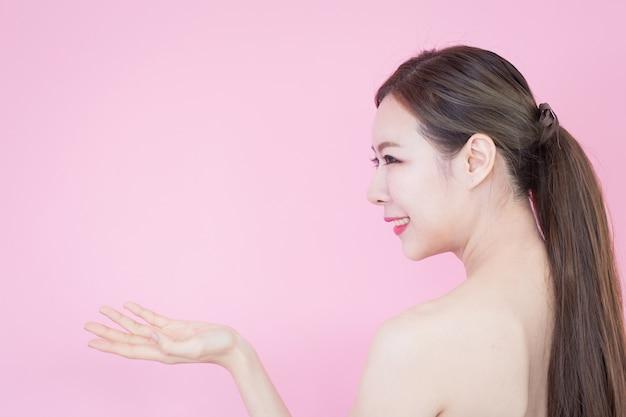 Portrait de jeune belle femme asiatique avec une peau parfaite