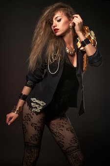 Portrait de jeune belle femme blonde caucasienne dans le corps de la mode or