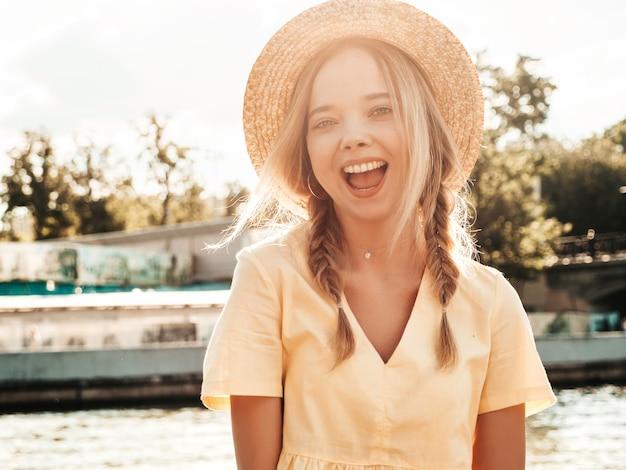 Portrait de jeune belle femme hipster souriante en robe d'été à la mode