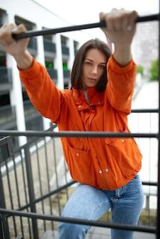 Portrait de jeune belle femme à la mode hippie en veste rouge en été près de la maison d'été