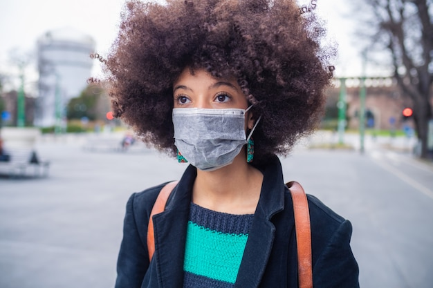 Portrait jeune belle femme multiethnique portant un masque médical protégeant de la pollution et des virus