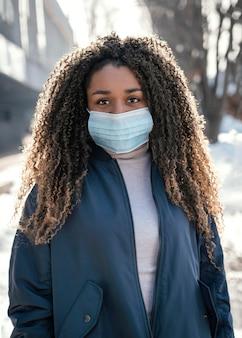 Portrait jeune belle femme portant un masque