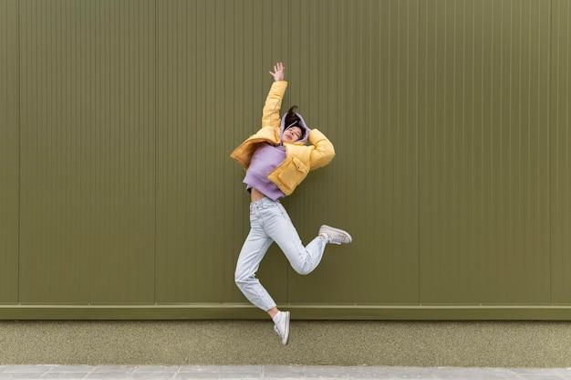 Portrait jeune belle femme sautant