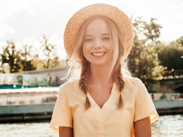 Portrait de jeune belle fille souriante de hipster en robe d'été à la mode