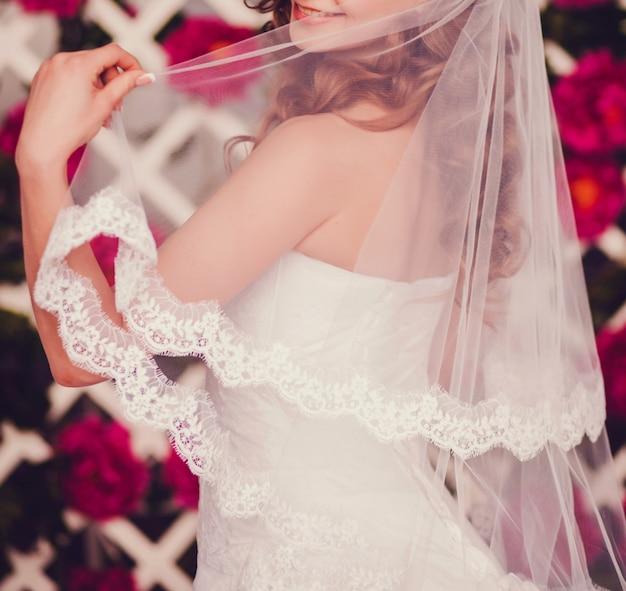 Portrait de jeune belle mariée heureuse