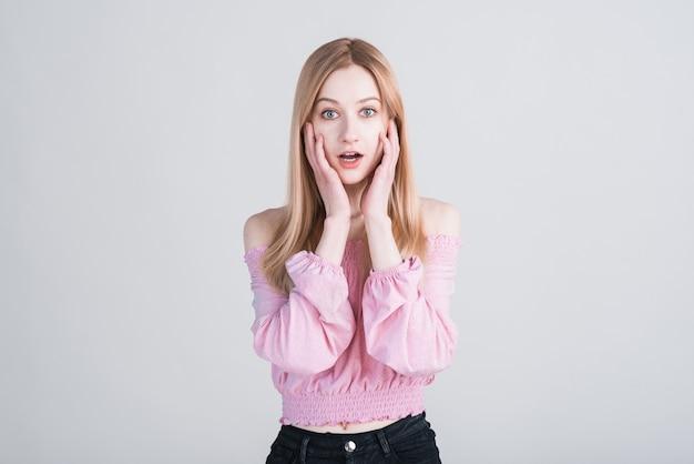 Portrait d'une jeune blonde choquée