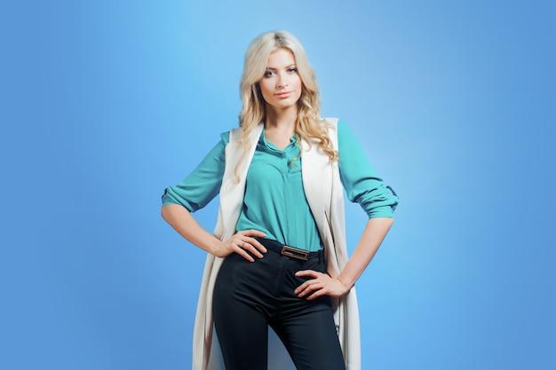 Portrait de jeune blonde confiante, style décontracté