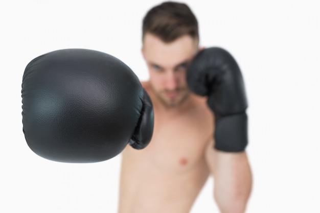 Portrait de jeune boxeur mâle poinçonnage
