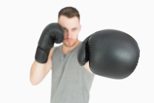 Portrait de jeune boxeur masculin