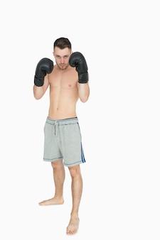 Portrait de jeune boxeur torse nu en short