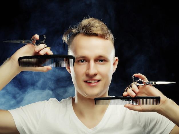Portrait de jeune coiffeur t
