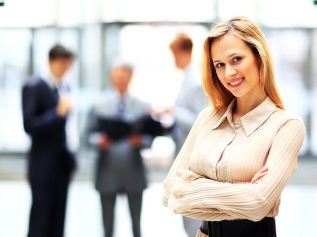 Portrait, de, a, jeune, confiant, femme affaires, sourire
