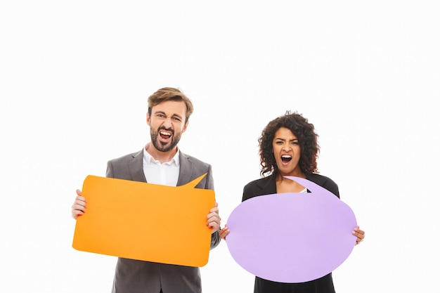 Portrait d'un jeune couple d'affaires furieux