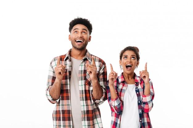 Portrait d'un jeune couple africain excité
