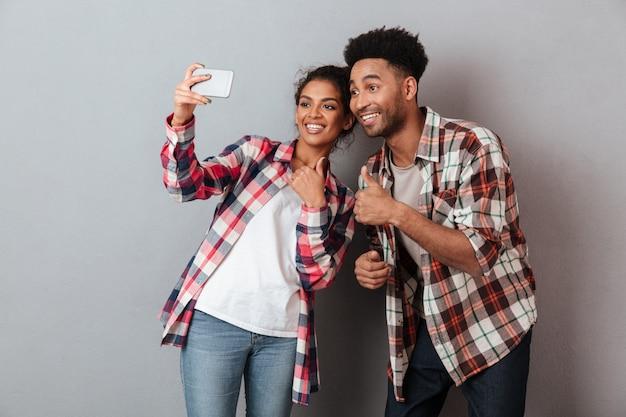 Portrait d'un jeune couple africain gai