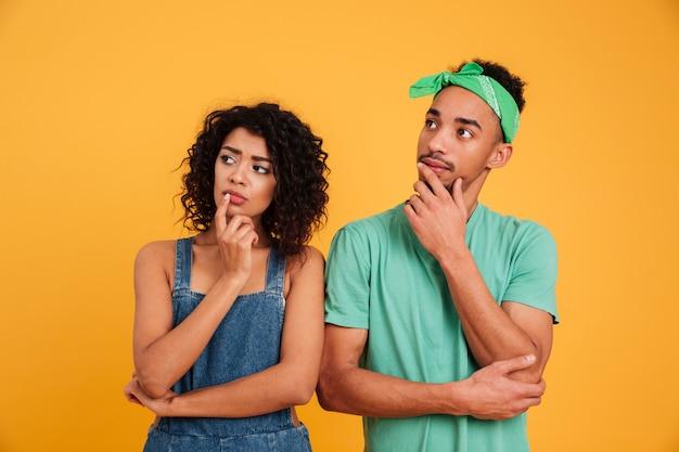 Portrait d'un jeune couple africain songeur