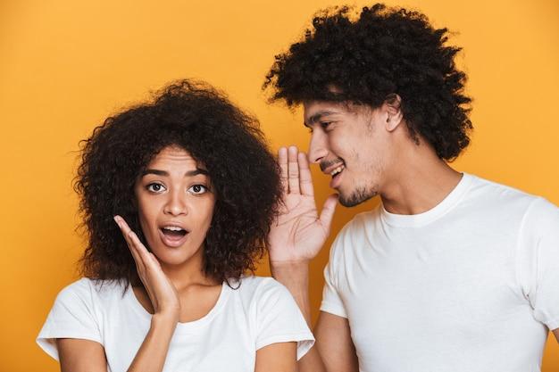 Portrait d'un jeune couple afro-américain surpris