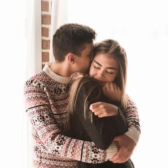 Portrait d'un jeune couple aimant