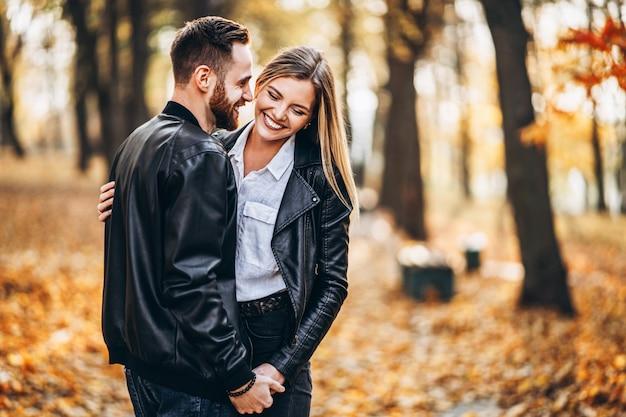 Portrait d'un jeune couple amoureux étreignant et souriant