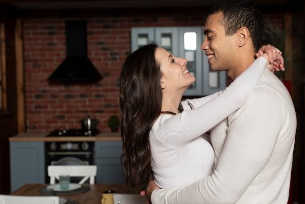Portrait de jeune couple amoureux
