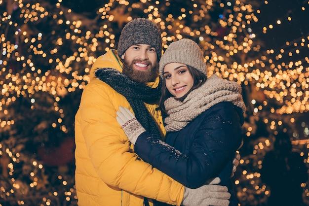 Portrait d'un jeune couple dans la ville en vacances de noël