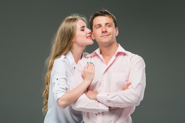Portrait, jeune, couple, debout, contre, gris, fond