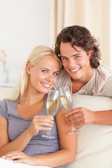 Portrait d'un jeune couple faisant un toast