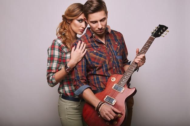 Portrait de jeune couple fashion glamour élégant hipster