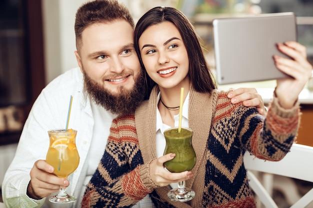 Portrait d'un jeune couple heureux dans un restaurant