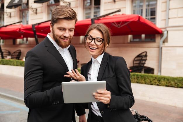 Portrait d'un jeune couple heureux dans des vêtements intelligents