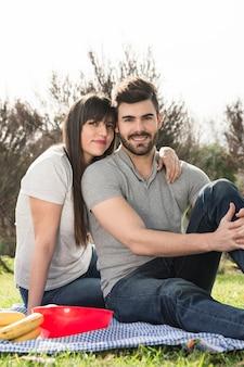 Portrait de jeune couple heureux sur pique-nique
