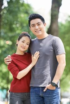 Portrait de jeune couple heureux