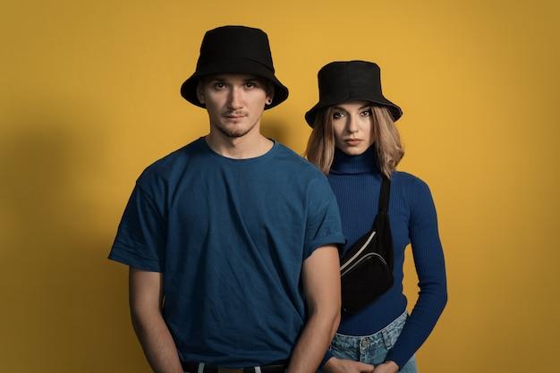 Portrait jeune couple sur jaune