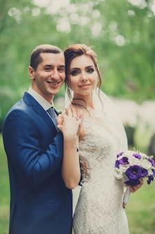 Portrait d'un jeune couple le jour de leur mariage