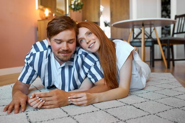 Portrait de jeune couple marié ayant du repos à la maison