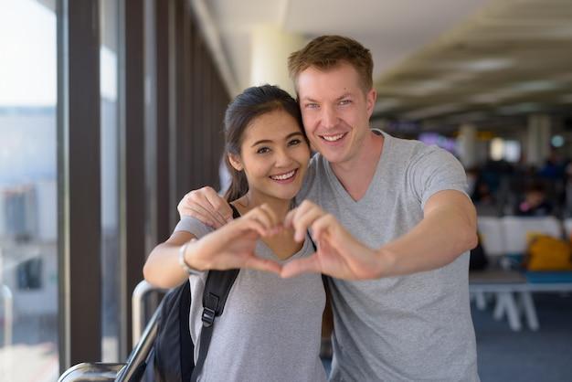 Portrait de jeune couple multiethnique bénéficiant de vacances ensemble