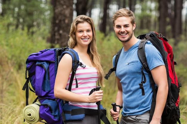 Portrait d'un jeune couple de randonneurs heureux