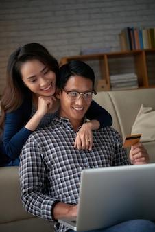 Portrait de jeune couple recherchant des ventes en ligne